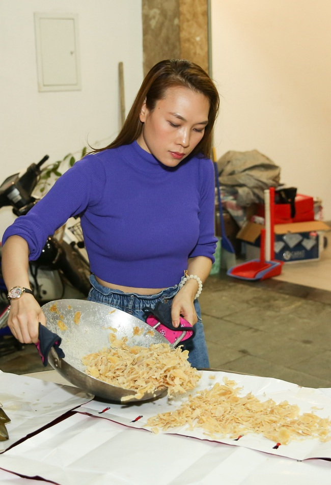 Những ngày giáp Tết Nguyên Đán, Mỹ Tâm quây quần nấu bánh và làm mứt bên gia đình sau chuyến từ thiện ý nghĩa tại quê nhà - Ảnh 9.