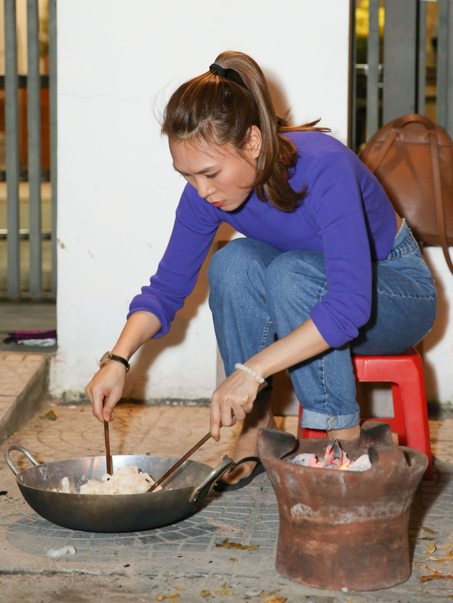Những ngày giáp Tết Nguyên Đán, Mỹ Tâm quây quần nấu bánh và làm mứt bên gia đình sau chuyến từ thiện ý nghĩa tại quê nhà - Ảnh 10.
