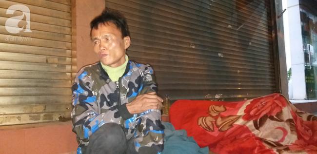 Người này cho biết mình bị bệnh lao phổi, hàng đêm anh phải sống lang thang và sống vào nhờ sự giúp đỡ của cộng đồng