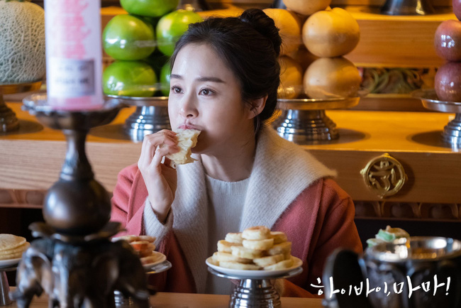 """Kim Tae Hee trong phim mới: 40 tuổi mà như """"lão hóa ngược"""" về những năm đôi mươi nhờ kết thân với kiểu tóc búi củ tỏi - Ảnh 7."""