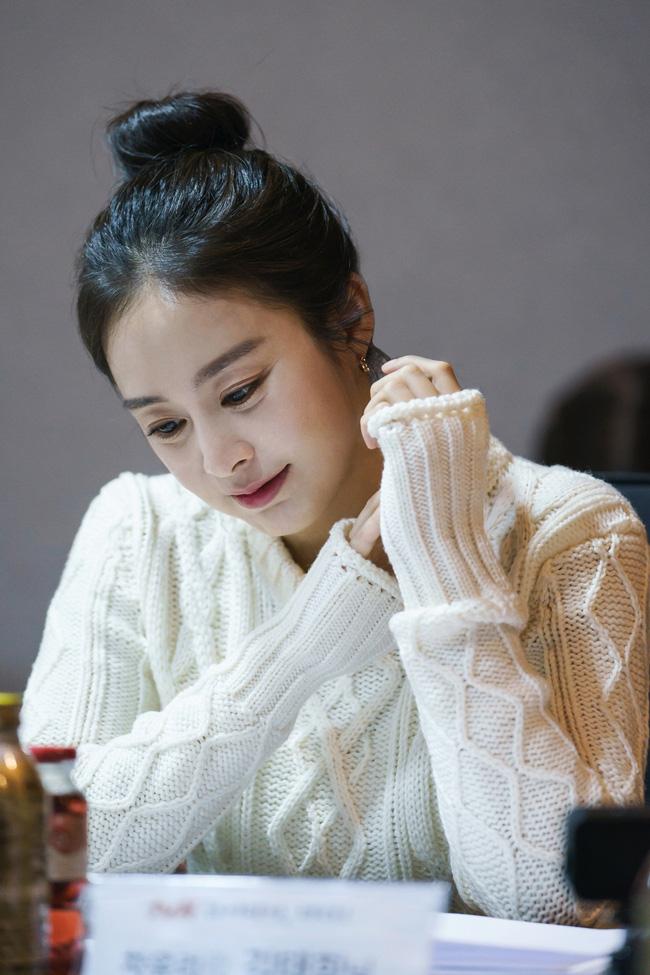 """Kim Tae Hee trong phim mới: 40 tuổi mà như """"lão hóa ngược"""" về những năm đôi mươi nhờ kết thân với kiểu tóc búi củ tỏi - Ảnh 5."""