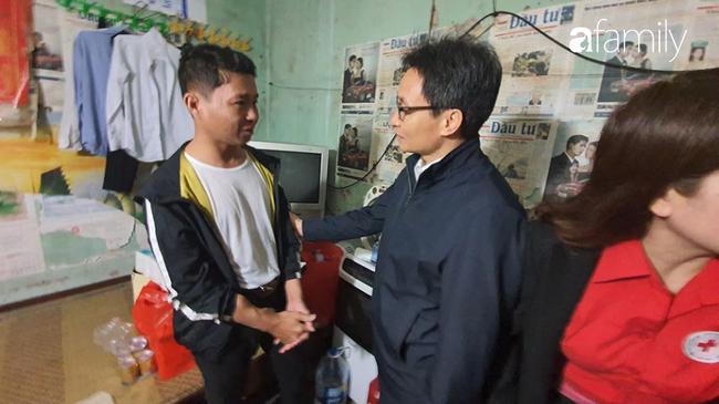 Hà Nội: Xóm chạy thận bất ngờ nhận được quà từ phó thủ tướng - Ảnh 2.