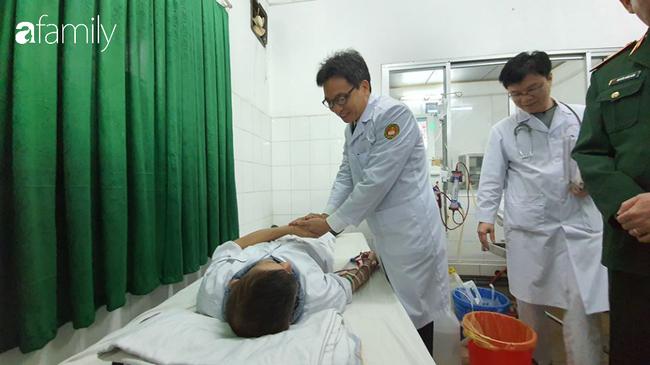 Phó thủ tướng Vũ Đức Đam đến giường bệnh thăm hỏi bệnh nhân