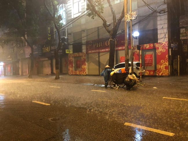 Chạnh lòng với hình ảnh cô lao công dọn rác bên lề đường trong đêm 30 Tết mưa bão - Ảnh 5.