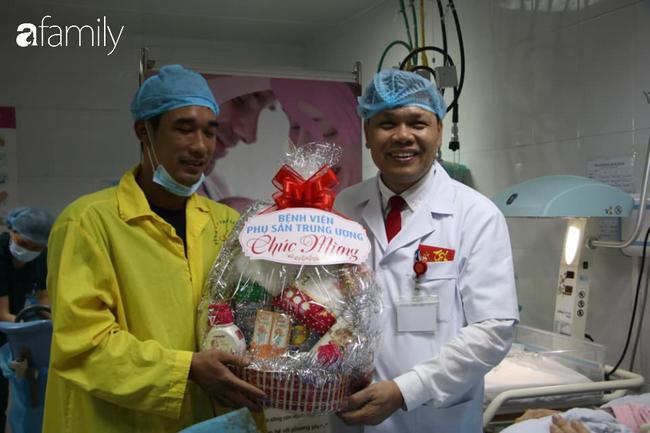Trực tiếp giám đốc Bệnh viện chúc mừng gia đình cháu bé