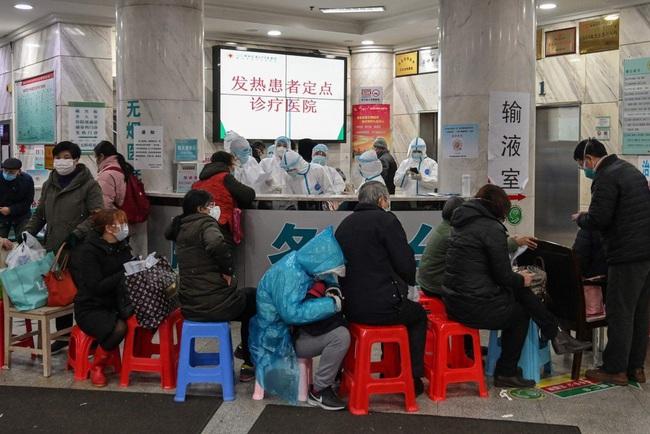 """Bệnh viện Vũ Hán thất thủ ngày Tết: Khung cảnh như """"ngày tận thế"""", người dân quỳ gối xin được chữa trị và những thi thể bị bỏ lại - Ảnh 2."""