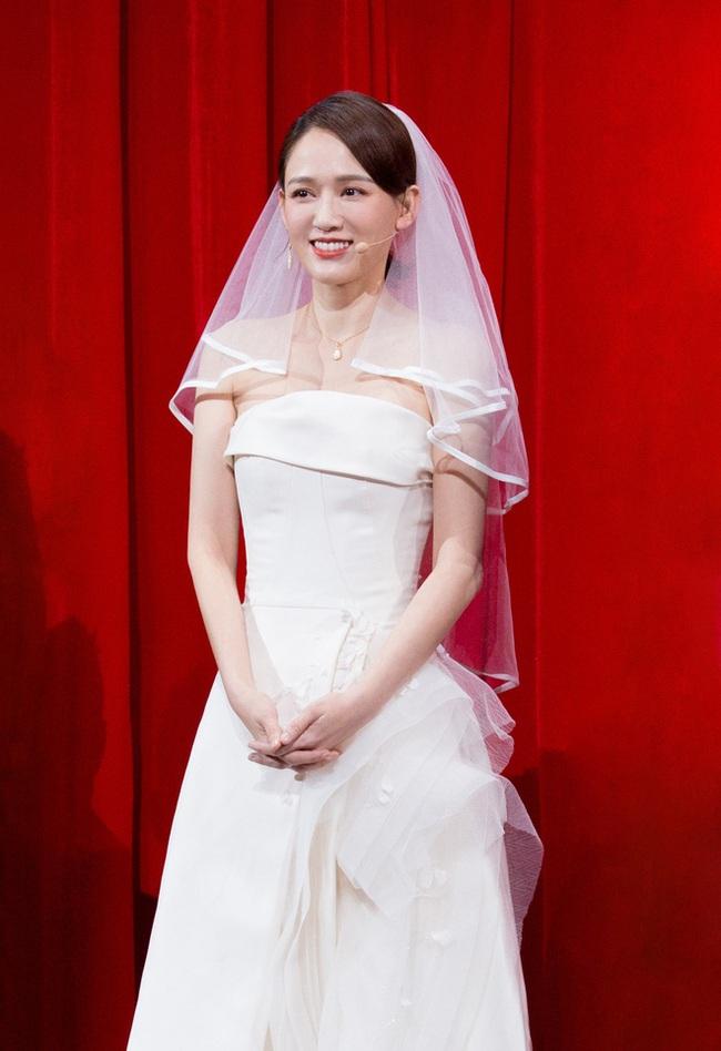 Bỏ rơi bạn trai phú nhị đại, Trần Kiều Ân diện váy cưới lộng lẫy sánh đôi với người tình một thời - Ảnh 4.