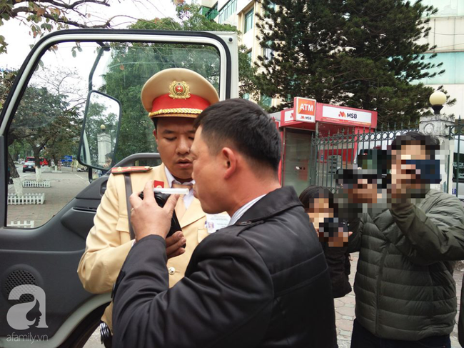 Hà Nội: Sau khi kiểm tra nồng độ cồn, người phụ nữ đề nghị cảnh sát lau hộ son dính vào ống thổi - Ảnh 15.