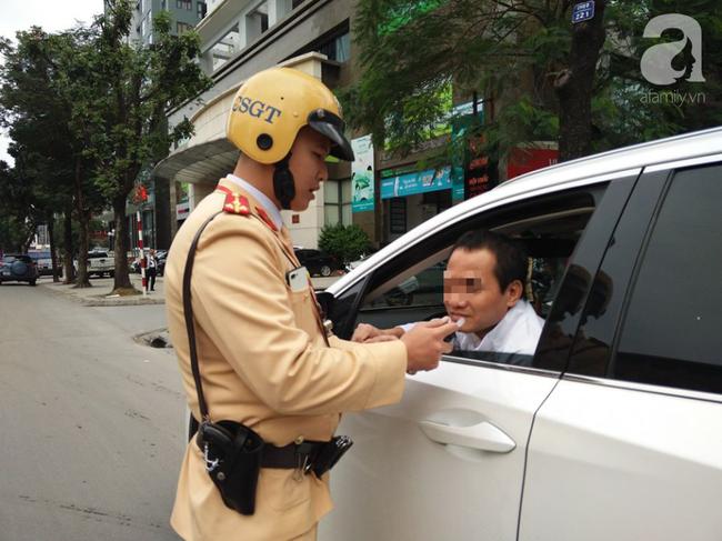 Hà Nội: Sau khi kiểm tra nồng độ cồn, người phụ nữ đề nghị cảnh sát lau hộ son dính vào ống thổi - Ảnh 14.