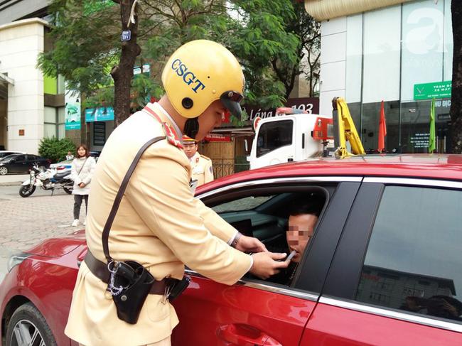 Hà Nội: Sau khi kiểm tra nồng độ cồn, người phụ nữ đề nghị cảnh sát lau hộ son dính vào ống thổi - Ảnh 11.