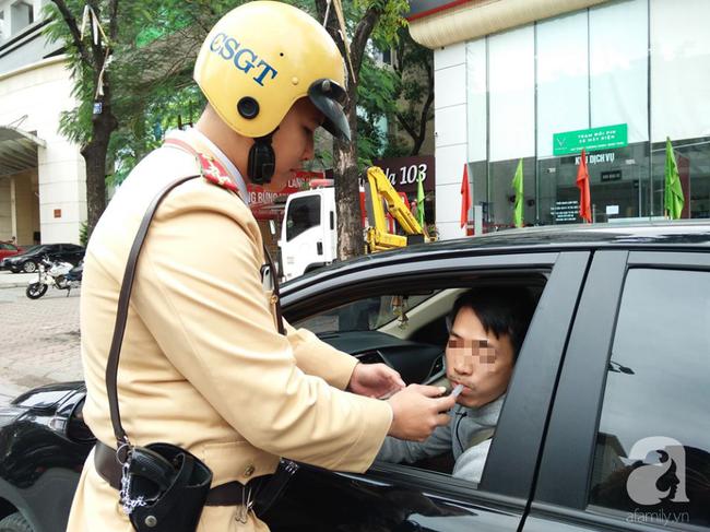 Hà Nội: Sau khi kiểm tra nồng độ cồn, người phụ nữ đề nghị cảnh sát lau hộ son dính vào ống thổi - Ảnh 13.