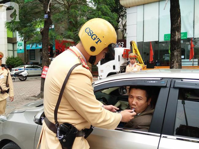 Hà Nội: Sau khi kiểm tra nồng độ cồn, người phụ nữ đề nghị cảnh sát lau hộ son dính vào ống thổi - Ảnh 12.