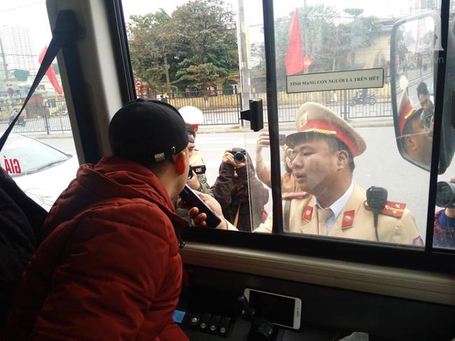Hà Nội: Sau khi kiểm tra nồng độ cồn, người phụ nữ đề nghị cảnh sát lau hộ son dính vào ống thổi - Ảnh 10.