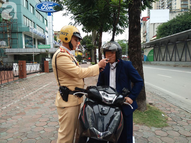 Hà Nội: Sau khi kiểm tra nồng độ cồn, người phụ nữ đề nghị cảnh sát lau hộ son dính vào ống thổi - Ảnh 9.