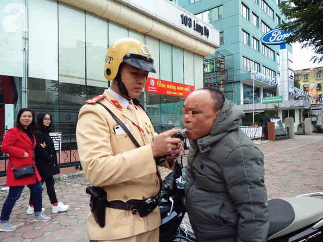 Hà Nội: Sau khi kiểm tra nồng độ cồn, người phụ nữ đề nghị cảnh sát lau hộ son dính vào ống thổi - Ảnh 8.