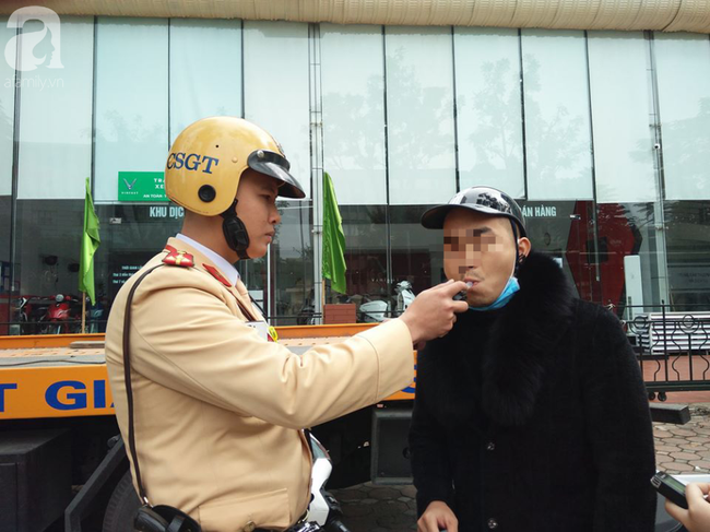 Hà Nội: Sau khi kiểm tra nồng độ cồn, người phụ nữ đề nghị cảnh sát lau hộ son dính vào ống thổi - Ảnh 5.