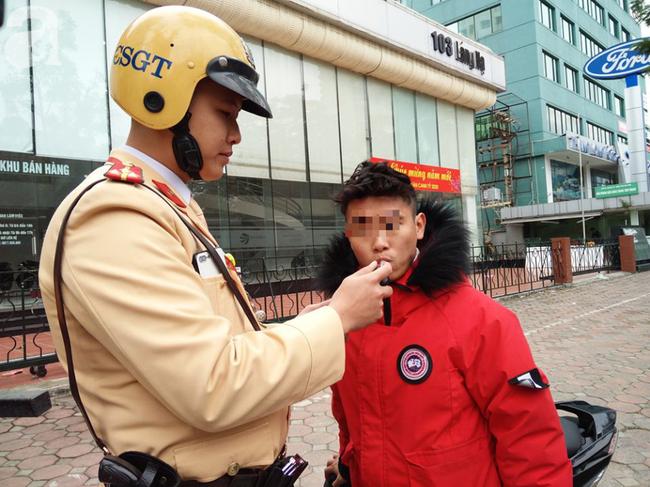 Hà Nội: Sau khi kiểm tra nồng độ cồn, người phụ nữ đề nghị cảnh sát lau hộ son dính vào ống thổi - Ảnh 4.