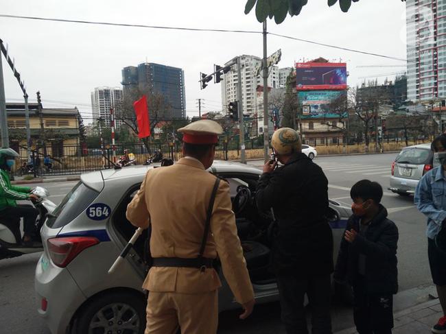 Cảnh sát vẫy xe để Anh T. cùng đứa con nhỏ tiếp tục hành trình
