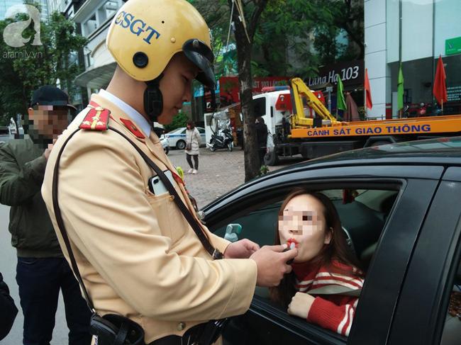 Người phụ nữ nhờ CSGT lau son ở ống thổi tuy nhiên chị chưa nắm được thông tin mỗi người sử dụng một lần.