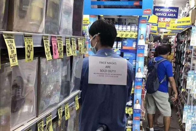 Khủng hoảng khẩu trang từ virus Vũ Hán: Giá tăng phi mã, đánh nhau tranh cãi và nỗi lo hàng giả - Ảnh 2.