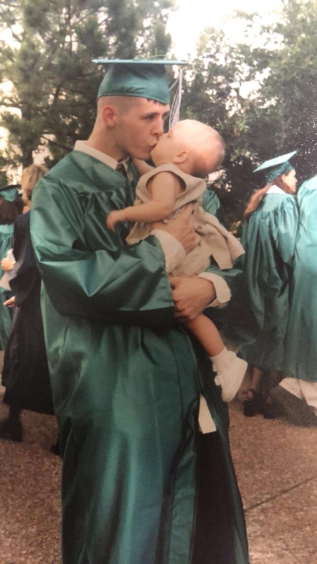 Bế con gái chụp ảnh tốt nghiệp của mình, hình ảnh 18 năm sau của người bố khiến cư dân mạng dậy sóng - Ảnh 1.