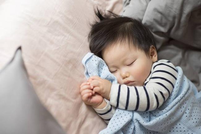 Con được sinh ra để bế bồng, ủ ấm chứ không phải để... ngủ xuyên đêm - Ảnh 6.