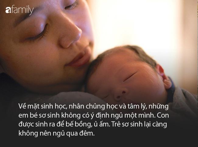 Con được sinh ra để bế bồng, ủ ấm chứ không phải để... ngủ xuyên đêm - Ảnh 3.