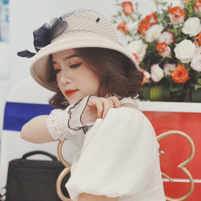 Bạn gái tin đồn Quang Hải xuất hiện thoáng qua trong đám cưới Văn Đức nhưng nhan sắc giữa ảnh tự chụp và ảnh được tag của cô nàng lại gây tranh cãi - Ảnh 3.