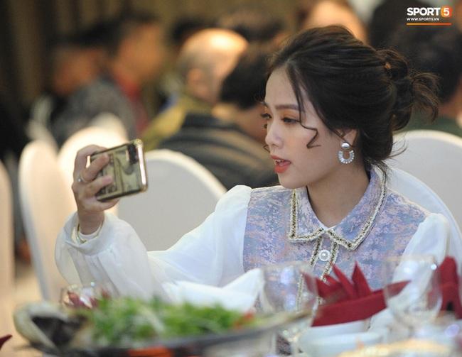 Bạn gái tin đồn Quang Hải xuất hiện thoáng qua trong đám cưới Văn Đức nhưng nhan sắc giữa ảnh tự chụp và ảnh được tag của cô nàng lại gây tranh cãi - Ảnh 1.