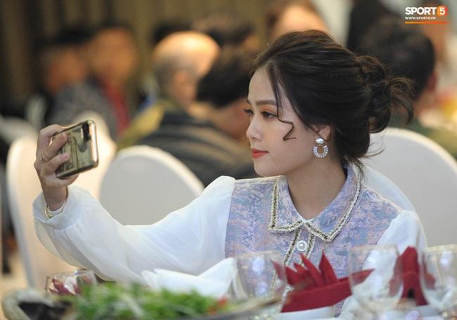Bạn gái tin đồn Quang Hải xuất hiện thoáng qua trong đám cưới Văn Đức nhưng nhan sắc giữa ảnh tự chụp và ảnh được tag của cô nàng lại gây tranh cãi - Ảnh 2.