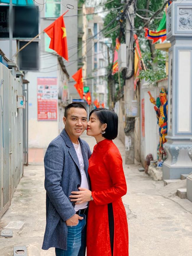 """MC Hoàng Linh khoe ảnh """"tình bể tình"""" năm mới cạnh ông xã, nhưng quyển sổ ghi điều bí mật của 2 vợ chồng lần đầu được tiết lộ khiến nhiều người bất ngờ - Ảnh 1."""