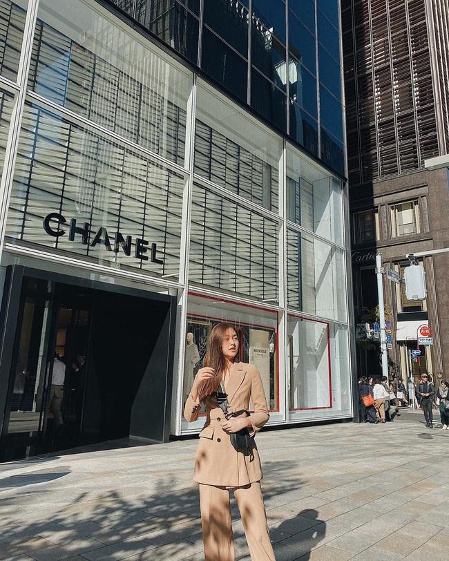 """Style đi """"du hí"""" của Á hậu Tường San có thể gom thành cẩm nang giúp chị em mặc đẹp suốt 4 mùa - Ảnh 7."""