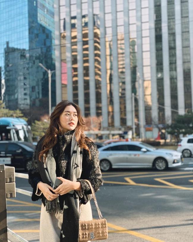 """Style đi """"du hí"""" của Á hậu Tường San có thể gom thành cẩm nang giúp chị em mặc đẹp suốt 4 mùa - Ảnh 4."""