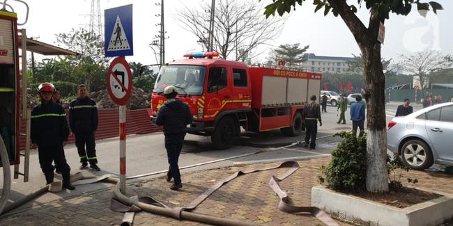 Hà Nội: Cháy ô tô cạnh tòa nhà chung cư nhiều người chạy tán loạn - Ảnh 1.