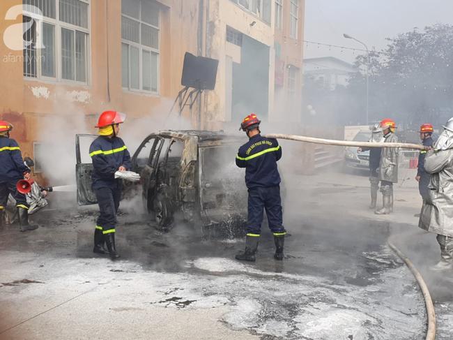 Hà Nội: Cháy ô tô cạnh tòa nhà chung cư nhiều người chạy tán loạn - Ảnh 2.