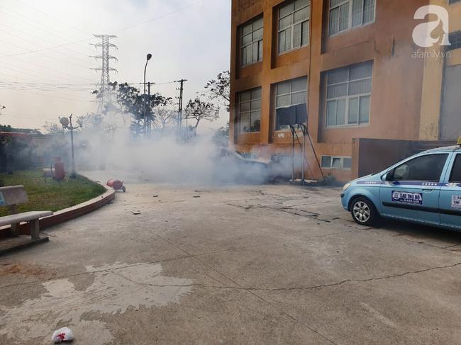 Hà Nội: Cháy ô tô cạnh tòa nhà chung cư nhiều người chạy tán loạn - Ảnh 3.