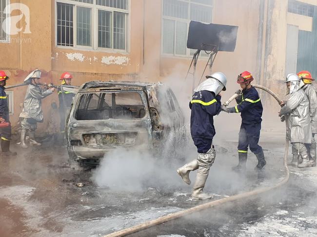 Hà Nội: Cháy ô tô cạnh tòa nhà chung cư nhiều người chạy tán loạn - Ảnh 4.