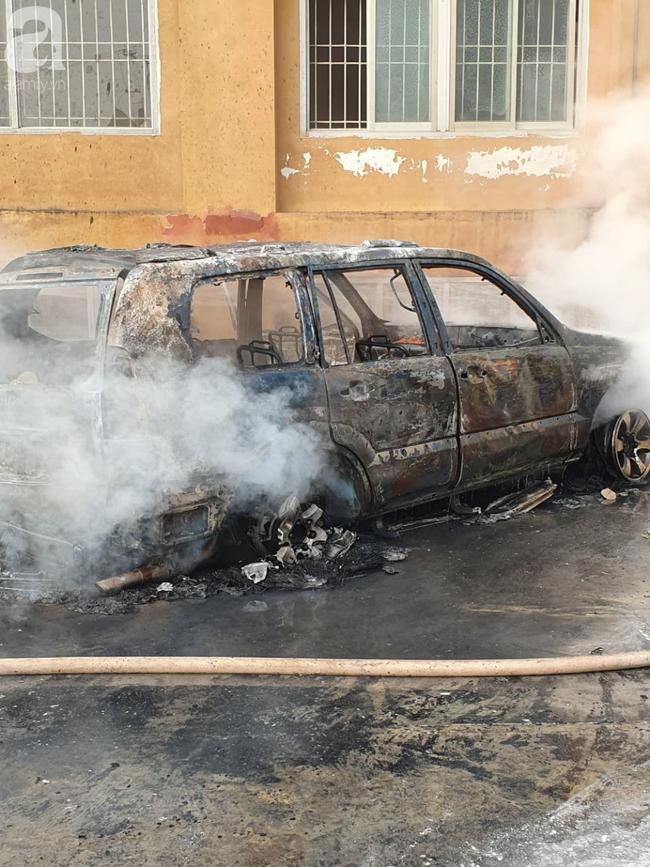 Hà Nội: Cháy ô tô cạnh tòa nhà chung cư nhiều người chạy tán loạn - Ảnh 6.