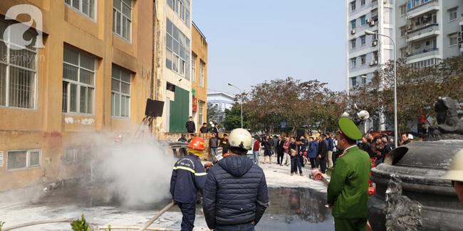 Hà Nội: Cháy ô tô cạnh tòa nhà chung cư nhiều người chạy tán loạn - Ảnh 7.