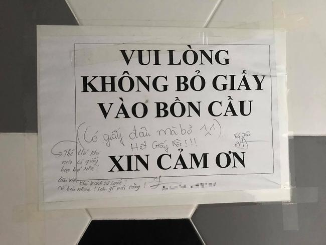 """Nhân viên bức xúc viết """"Hết giấy rồi!"""" vào bảng thông báo trước cửa WC của công ty nhưng bất ngờ hơn là lời đáp trả vô cùng đáng yêu - Ảnh 1."""