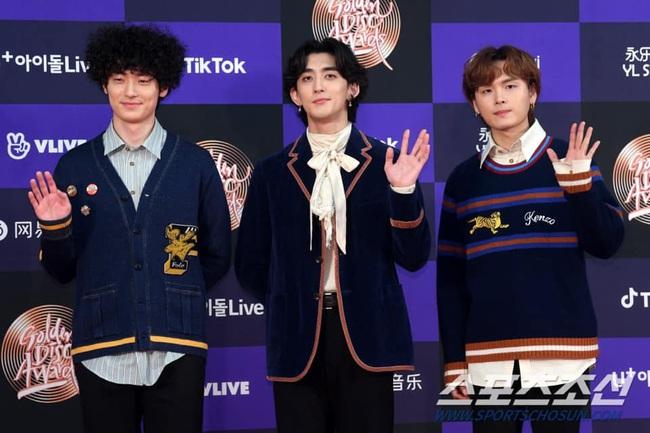 Thảm đỏ Golden Disc Awards lần thứ 34: Momo (TWICE) xuất hiện xinh đẹp và rạng rỡ sau khi công khai hẹn hò đàn anh Heechul (Super Junior) - Ảnh 13.