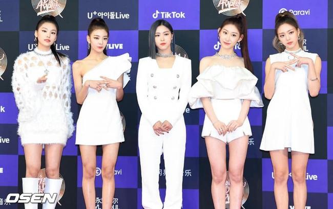 Thảm đỏ Golden Disc Awards lần thứ 34: Momo (TWICE) xuất hiện xinh đẹp và rạng rỡ sau khi công khai hẹn hò đàn anh Heechul (Super Junior) - Ảnh 6.