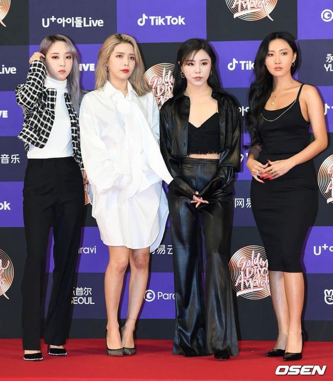 Thảm đỏ Golden Disc Awards lần thứ 34: Momo (TWICE) xuất hiện xinh đẹp và rạng rỡ sau khi công khai hẹn hò đàn anh Heechul (Super Junior) - Ảnh 4.