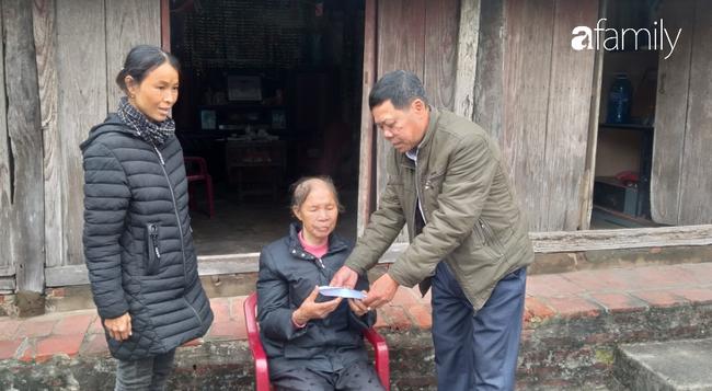 Bà Mị xúc động nhận số tiền từ bạn đọc