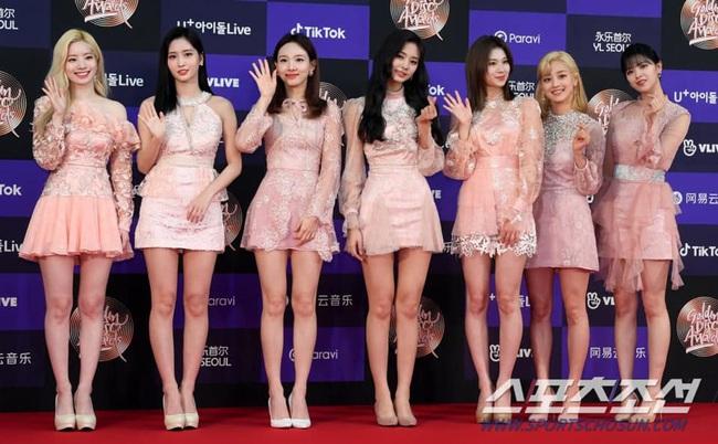 Thảm đỏ Golden Disc Awards lần thứ 34: Momo (TWICE) xuất hiện xinh đẹp và rạng rỡ sau khi công khai hẹn hò đàn anh Heechul (Super Junior) - Ảnh 2.