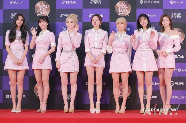 """Thảm đỏ """"khủng"""" nhất tuần của Kbiz: Dàn sao đỉnh nhất Kpop hội tụ, Momo (TWICE) được khen xinh hơn hẳn kể từ khi công khai yêu Heechul (SUPER JUNIOR) - Ảnh 2."""