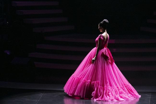 """""""Nữ hoàng phòng trà"""" Lệ Quyên phô diễn giọng hát đỉnh cao, rưng rưng nước mắt trước tình cảm của 4000 khán giả Hà Nội tại Q Show 2 - Ảnh 1."""