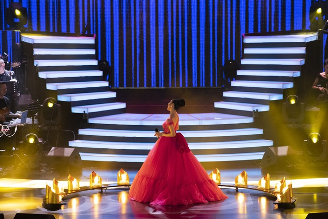 """""""Nữ hoàng phòng trà"""" Lệ Quyên phô diễn giọng hát đỉnh cao, rưng rưng nước mắt trước tình cảm của 4000 khán giả Hà Nội tại Q Show 2 - Ảnh 5."""