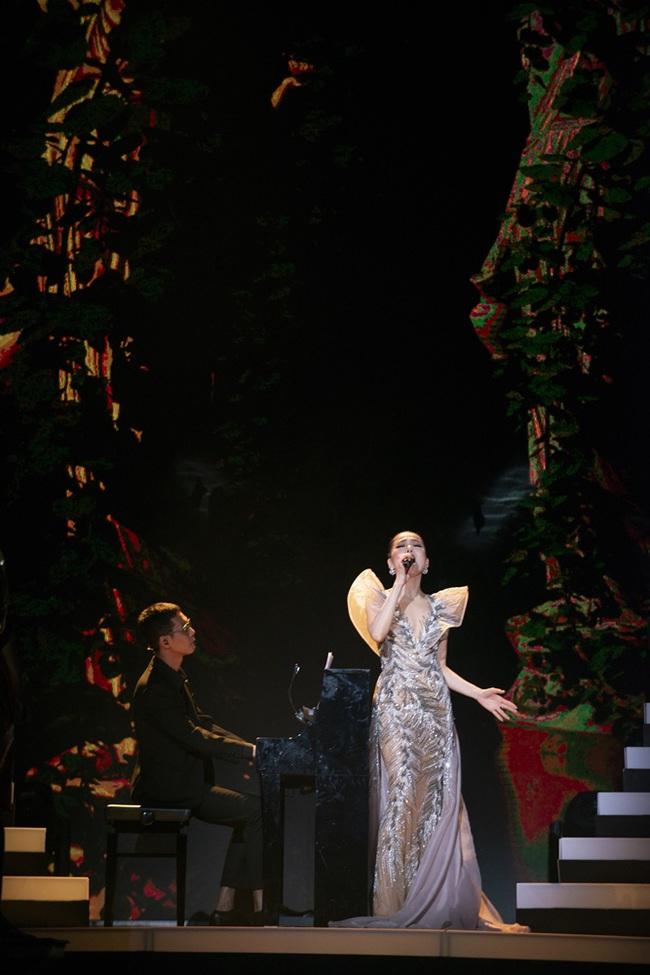 """""""Nữ hoàng phòng trà"""" Lệ Quyên phô diễn giọng hát đỉnh cao, rưng rưng nước mắt trước tình cảm của 4000 khán giả Hà Nội tại Q Show 2 - Ảnh 4."""