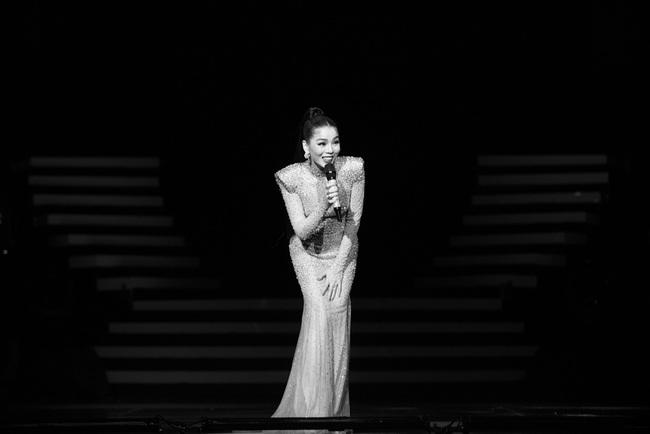 """""""Nữ hoàng phòng trà"""" Lệ Quyên phô diễn giọng hát đỉnh cao, rưng rưng nước mắt trước tình cảm của 4000 khán giả Hà Nội tại Q Show 2 - Ảnh 3."""